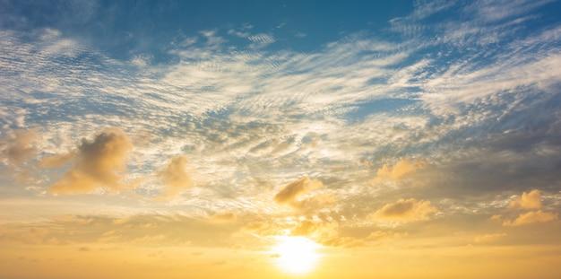 Cielo colorido abstracto con vista del atardecer en el fondo de la noche o el amanecer y las nubes Foto Premium