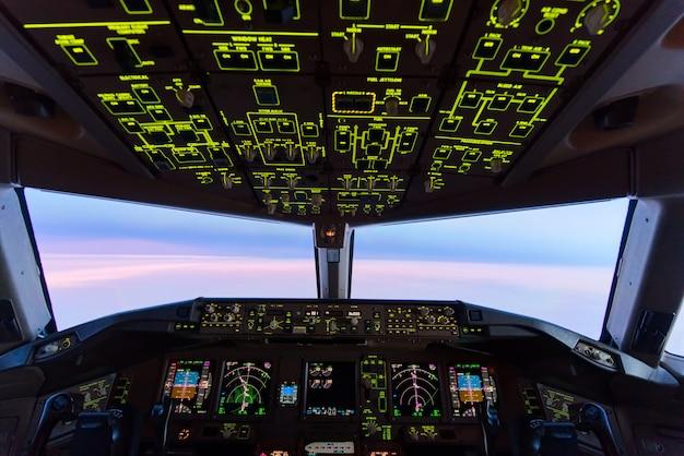 Cielo crepuscular hermoso de la puesta del sol en la alta altitud de la opinión de carlinga del aeroplano. Foto Premium