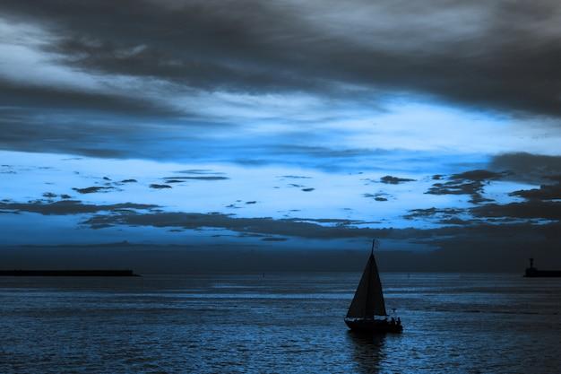 Cielo dramático y pintoresco paisaje al atardecer. Foto Premium