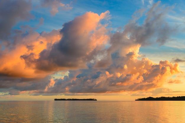 Cielo dramático de sunriset en el mar, playa tropical del desierto, ningún pueblo, nubes tormentosas Foto Premium