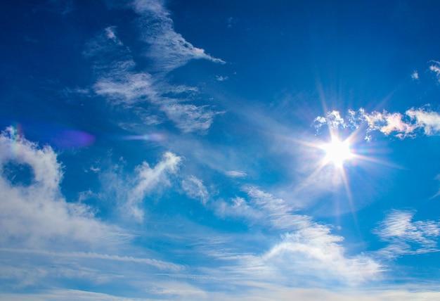 Cielo de invierno con sol y nubes   Foto Premium