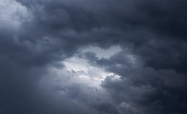 Cielo tormentoso con nubes oscuras. nubes de lluvia en el cielo. clima  lluvioso. | Foto Premium