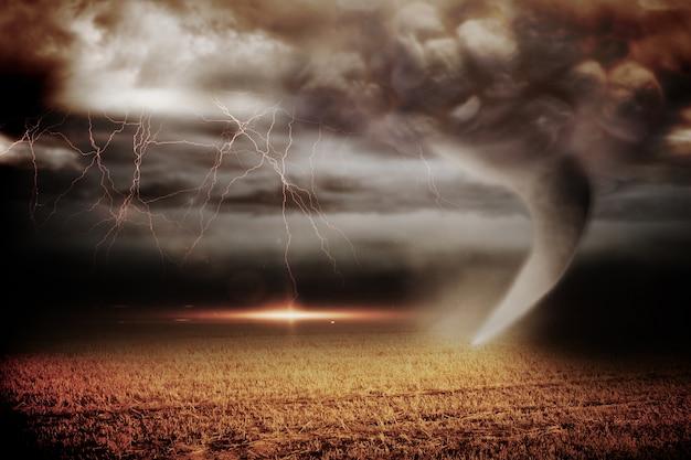 Cielo tormentoso con tornado sobre el campo Foto Premium