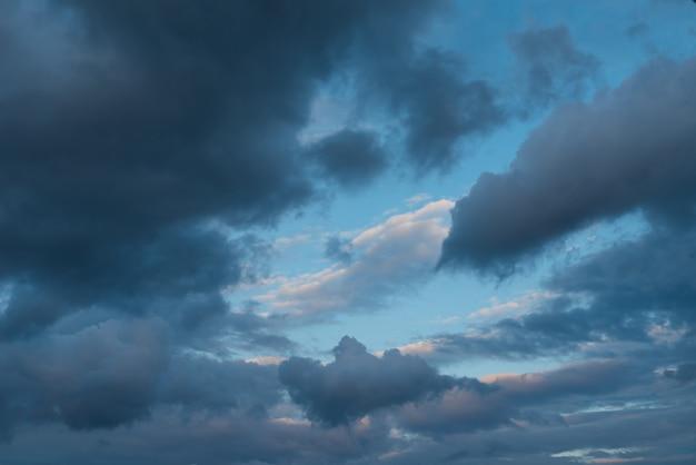 Cielos dramáticos Foto gratis