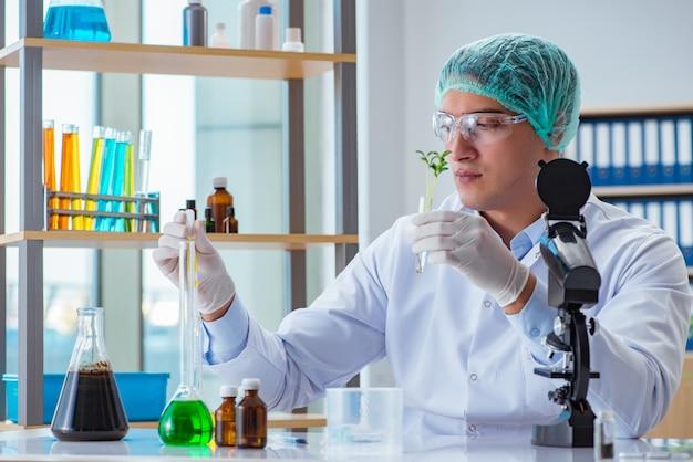 Científico de biotecnología trabajando en el laboratorio. Foto Premium