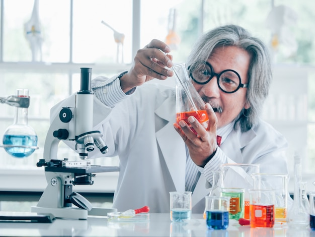 Científico de investigación médica senior asiático trabajando en vuelta Foto Premium