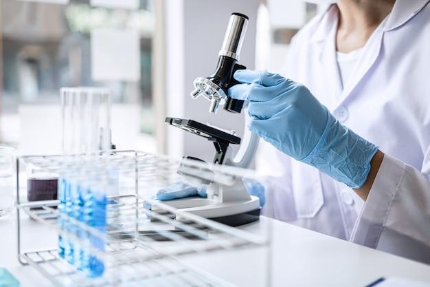 Científico o médico en bata de laboratorio trabajando en laboratorio de biotecnología Foto Premium