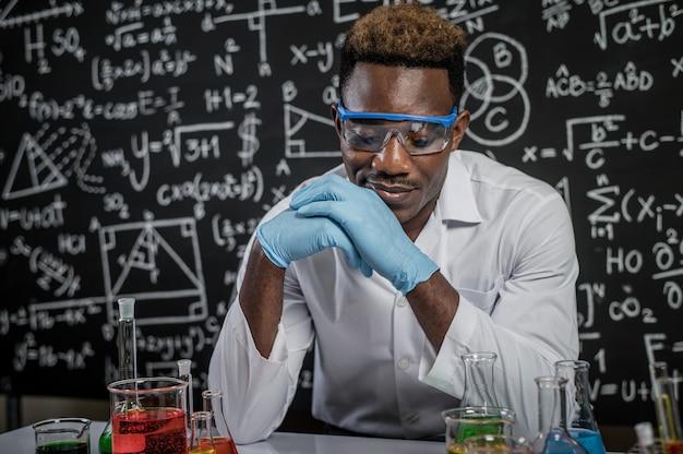 Los científicos usan ideas y miran químicos en el laboratorio Foto gratis