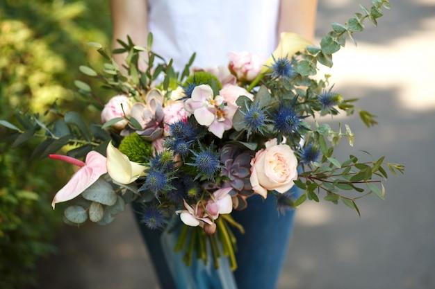 El cierre encima del decorador del florista de la mujer - Decorador de fotos gratis ...