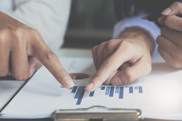 Cierre reunión de gente de negocios para discutir la situación en el mercado. concepto financiero empresarial Foto Premium