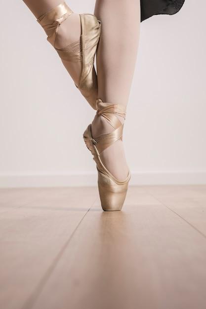 Cierre de zapatos de ballet pointe Foto gratis
