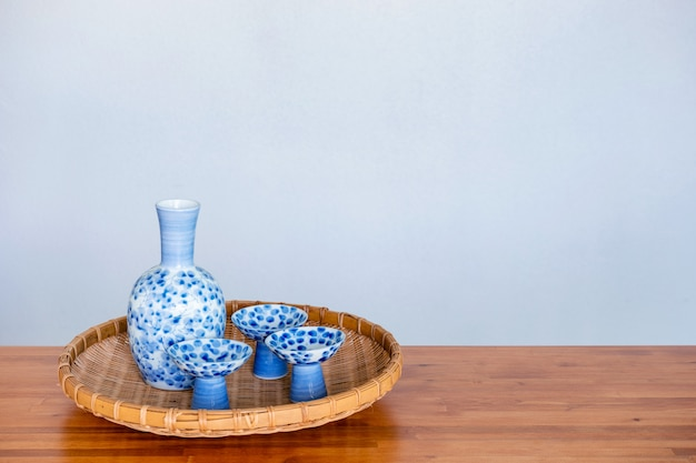 Ciérrese para arriba de conjunto de consumición del motivo japonés en un fondo blanco. Foto Premium