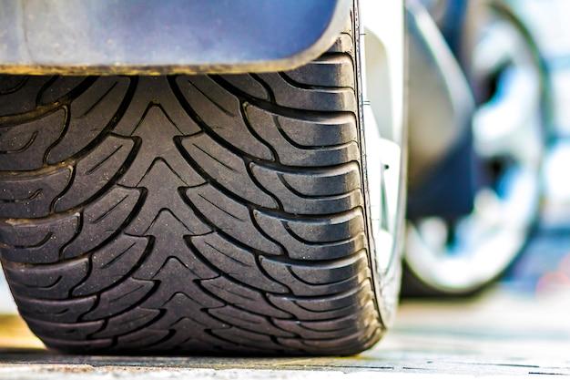 Ciérrese para arriba del neumático del coche, foco selectivo. Foto Premium
