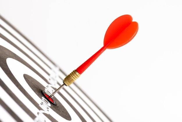 Ciérrese encima de flechas verdes y rojas de los dardos del tiro en el centro del blanco. Foto Premium