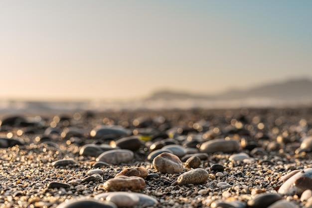 Ciérrese encima del fondo de piedra con el cielo borroso en el horizonte Foto gratis