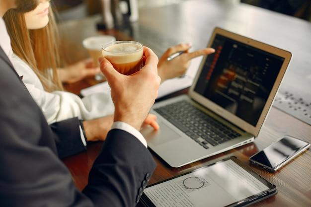 Ciérrese encima del hombre que trabaja con una computadora portátil en la mesa Foto gratis