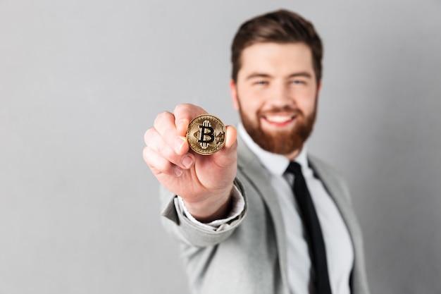 Ciérrese encima del retrato de un hombre de negocios sonriente Foto gratis