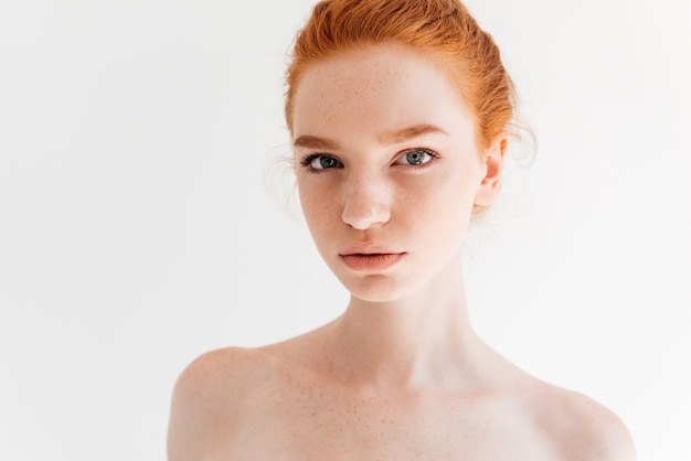 Ciérrese encima del retrato de la mujer desnuda de la belleza del jengibre que mira Foto gratis