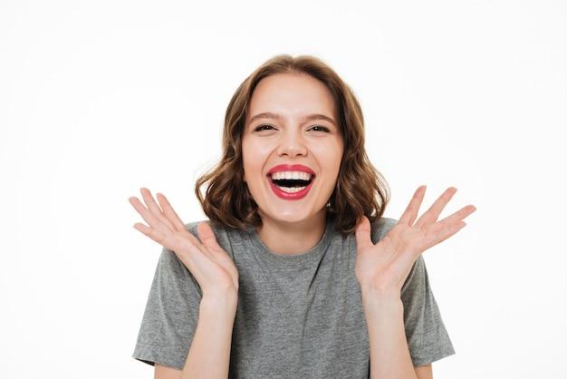 Ciérrese encima del retrato de una mujer sonriente emocionada Foto gratis