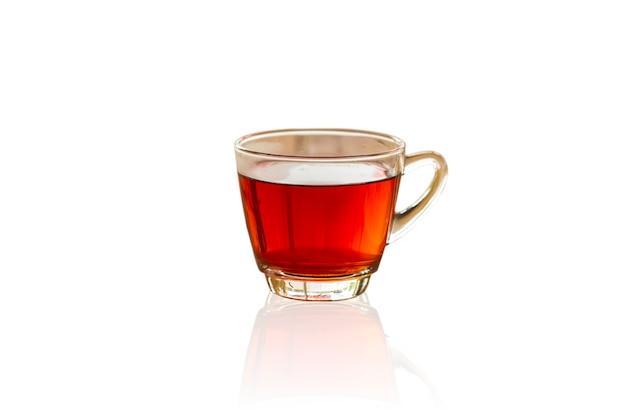 Ciérrese encima de la taza blanca del té negro en aislado Foto Premium