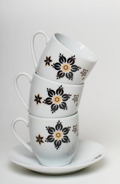 Ciérrese encima de vista de una pila de tres tazas de café. Foto Premium