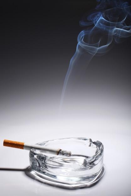 Cigarrillo en el cenicero Foto gratis
