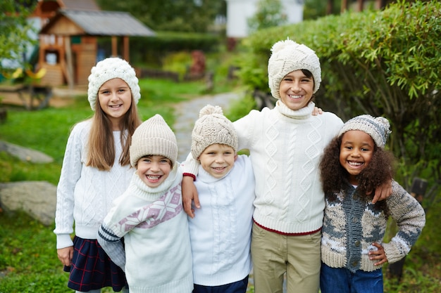 Cinco niños en familia grande Foto gratis