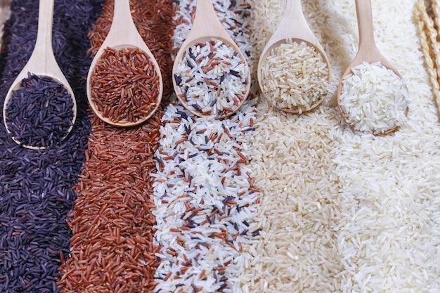 Cinco tipos de arroz en la cuchara de madera. Foto Premium