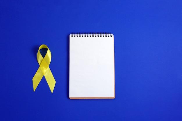 Cinta amarilla: símbolo de la conciencia del cáncer de vejiga, hígado y hueso. Foto Premium
