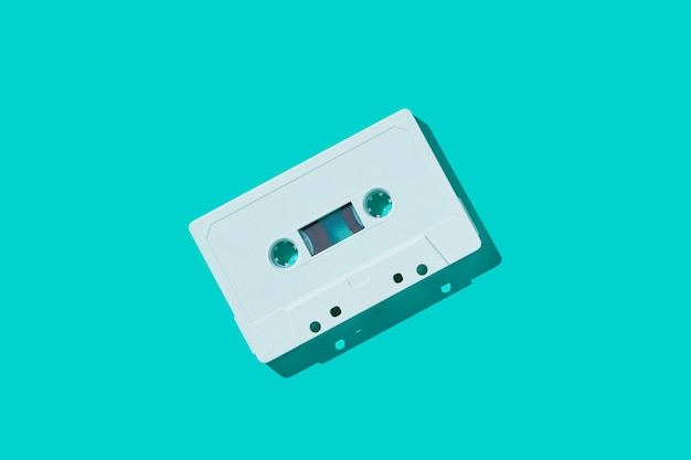 Cinta de cassette de audio blanco con sombra. Foto Premium