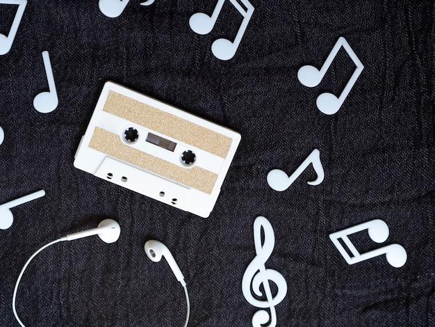 Cinta de cassette blanca minimalista con notas musicales alrededor Foto gratis