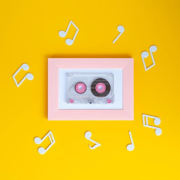 Cinta de cassette de colores brillantes con notas musicales a su alrededor. Foto gratis