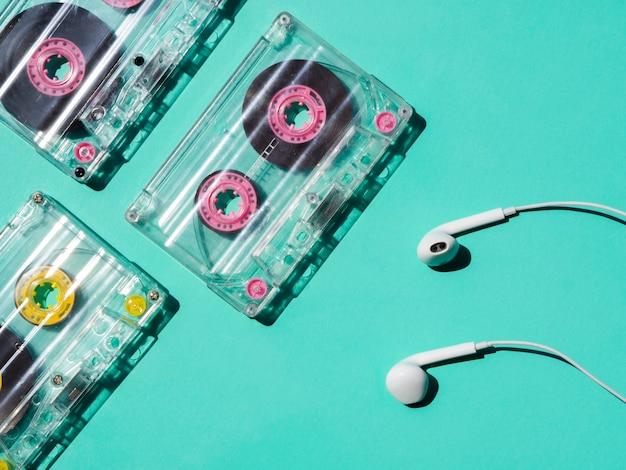 Cinta de cassette transparente con auriculares que reflejan luz brillante Foto gratis