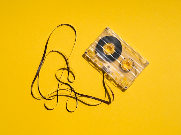 Cinta de cassette transparente rota que refleja la luz Foto gratis