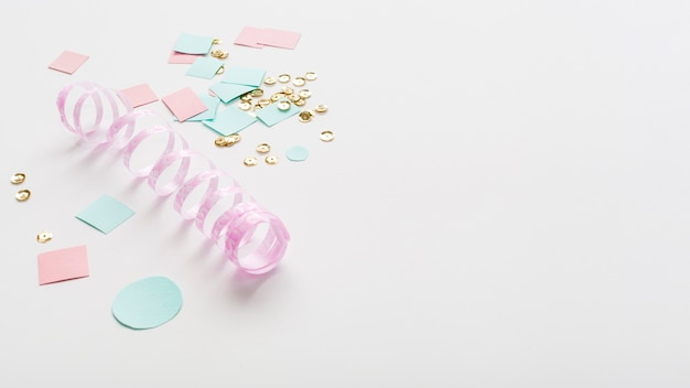 Cinta de color pastel con papel y espacio de copia Foto gratis