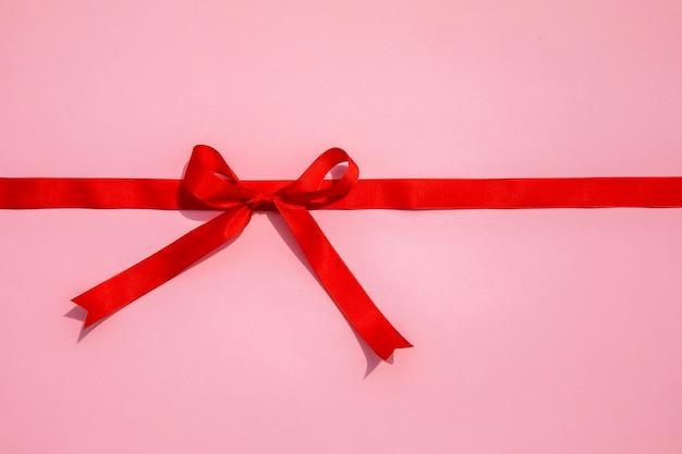 Cinta roja simplista con lazo. Foto gratis