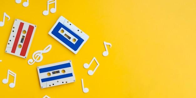 Cintas de cassette coloridas sobre fondo brillante con espacio de copia Foto gratis