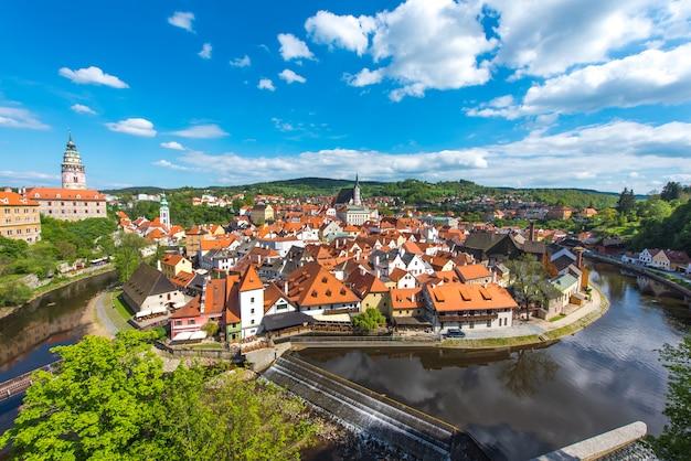 Ciudad de cesky krumlov desde vista aérea con río en perfecto día soleado Foto Premium