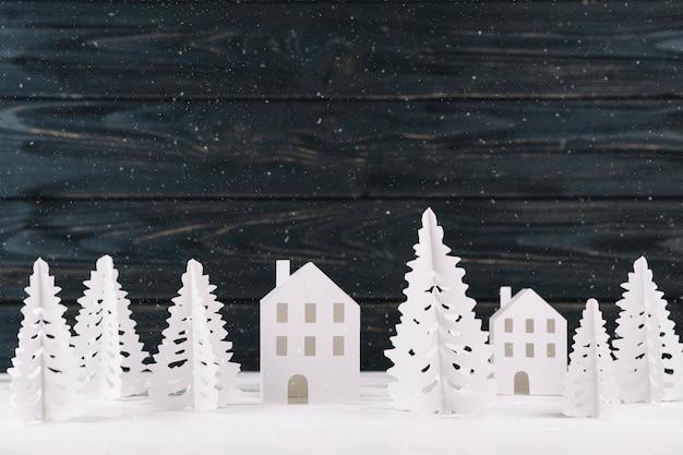 Ciudad de papel de invierno sobre fondo de madera. Foto gratis