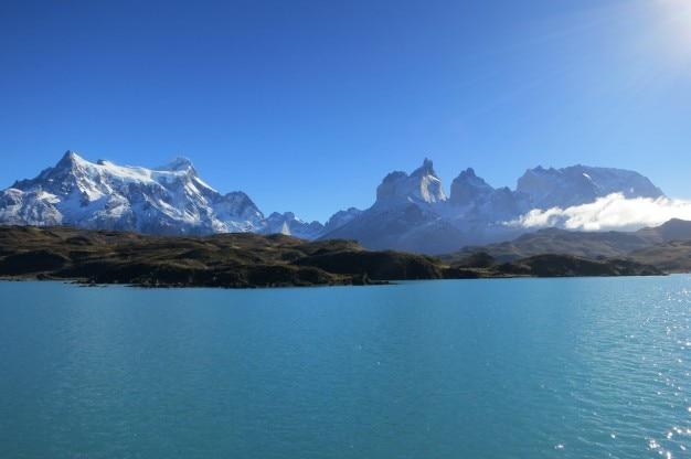 Descargar 2560x1440 Cielo Claro Sobre Las Montañas Nevadas: Claro Cielo Azul En Un Día Soleado