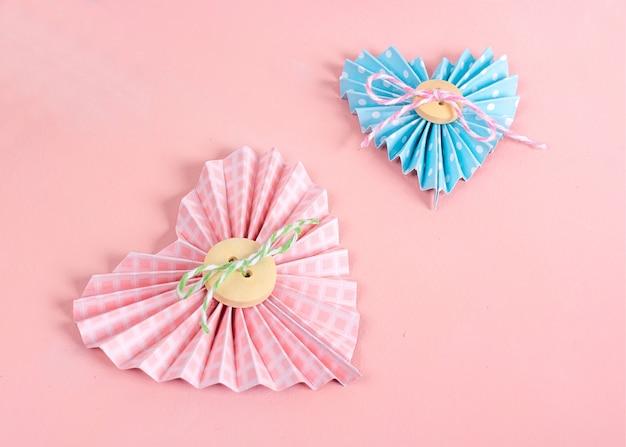 Clase magistral de scrapbooking. bricolaje hacer una tarjeta del día de san valentín con corazones de papel. el hobby de las mujeres. suministros de artesanía en la mesa. Foto Premium