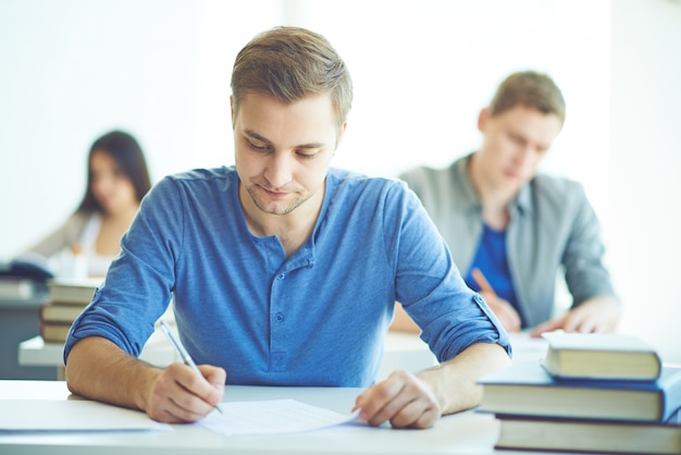 Clase en medio de un examen Foto gratis