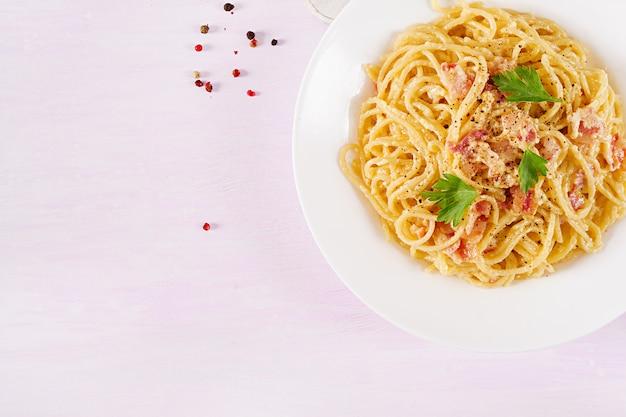 Clásica pasta casera carbonara con panceta, huevo, queso parmesano duro y salsa de crema. Foto gratis