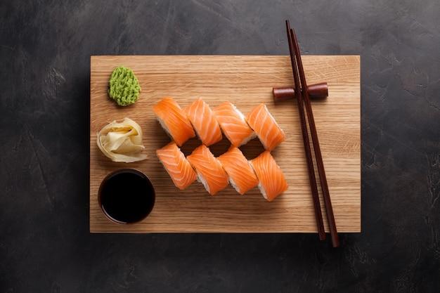 Un clásico rollo de filadelfia con wasabi. Foto Premium