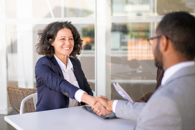 Cliente femenino feliz agradeciendo a la consultora por su ayuda Foto gratis