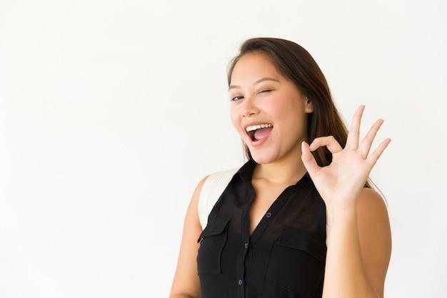 Cliente satisfecho feliz haciendo gesto ok Foto gratis