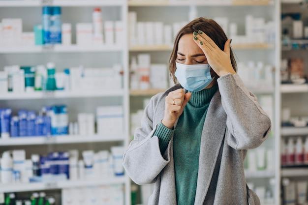 Cliente de womam con dolor de cabeza en farmacia Foto gratis