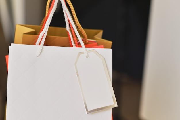 Cllose de coloridas bolsas de papel Foto Premium