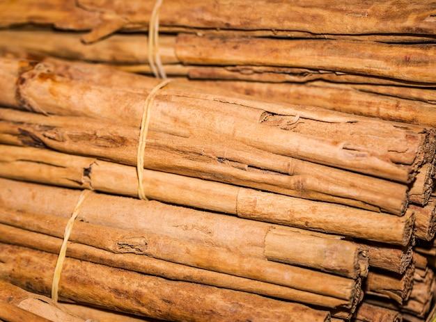 Close-up apilados palitos de canela Foto gratis