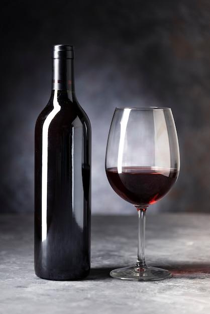 Close-up botella de vino tinto y vidrio Foto gratis